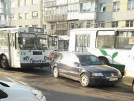 У центрі Луцька тролейбус зіткнувся з легковим авто