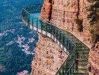 Китай: як тріснув скляний міст над прірвою (відео)