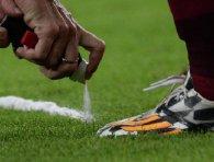 Грецький футболіст витер ногу об суддю і отримав жовту картку (відео)