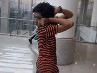 Мережу підкорив хлопчик, який вміє дивитися назад (відео)
