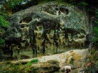 Показали моторошні відбитки прибульців на скелі