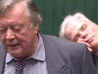 Кому дебати, а кому добре поспати: в Британії депутат заснув у прямому ефірі (відео)