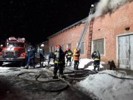 Кілька годин пожежники гасили масштабну пожежу в складальному цеху (відео)