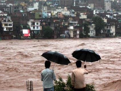 Жахлива повінь в Індії забрала життя більш як двох десятків людей (відео)