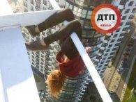 «Ілона зависає»: у Києві школярка для розваги звісилась із хмарочоса (фото, відео)