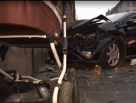 У Львові молоду матусю з дитячим візком мало не розплющили об стіну (відео)