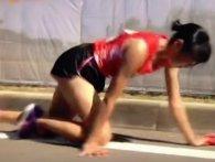 Японська бігунка під час марафону зламала ногу, але не здалася і доповзла до фінішу (відео)
