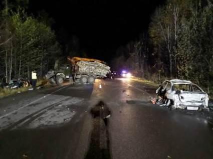 На Рівненщині вантажівка розчавила автомобілі: загинуло двоє людей (фото)