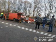 Три трупи у страшній автокатастрофі на Рівненщині: бусик розплющило об автоцистерну (фото)