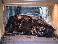 У Києві авто знесло зупинку і влетіло в підземний перехід