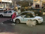 Помста гламурної білявки: у Києві розлючена фурія із сокирою накинулася на дороге авто (відео)