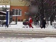 Свято наближається: по Рівному розгулює Дід Мороз з дитячим візочком (відео)