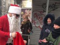 У Києві «моднявий» Санта на «Мустангу» роздавав людям цукерки (відео)