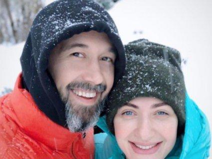 Голі в снігу: відомий український співак з дружиною виклав інтимне фото