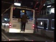 «В діда термінові справи»: у Києві літній зачепер проїхався на тролейбусі (відео)