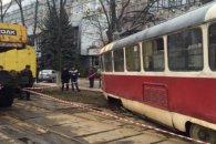 ДТП у Києві: трамвай вилетів з колії на дорогу (відео)