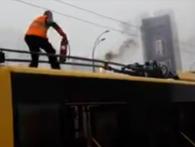 Вгадай країну за відео: в Києві водій гасив тролейбус снігом, бо вогнегасник «заїло»