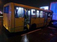 У Києві маршрутка, забита людьми, врізалась у вантажівку
