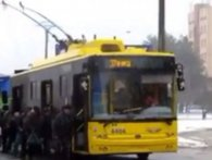 У Києві пасажири «донесли» застряглий тролейбус до зупинки (відео)