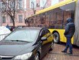 У Львові автохам на «мерсі» «закоркував» рух громадського транспорту (фото)