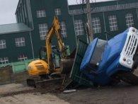 Біля цукрового заводу на Волині провалилася вантажівка (фото)