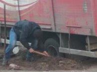 Автохаму довелося відкопувати вантажівку Coca-Cola, припарковану на газоні (фото)