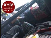 У Києві шофер на ходу «поремонтував» маршрутку цеглиною (відео)