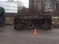 Через ями на дорозі перевернулася вантажівка (фото)