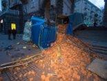 У столиці фура з цеглами знесла все на своєму шляху (фото, відео)