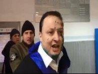 Активісти силоміць затягли депутата в поліцію (відео)