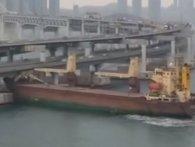 П'яний капітан вантажного  судна врізався в міст (відео)