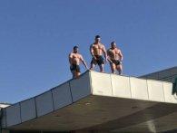 Оголені чоловіки в центрі Києва привітали жінок зі святом (відео)