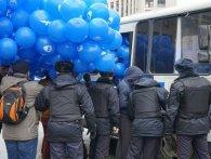 На мітингу поліція арештовує…повітряні кульки (фото)