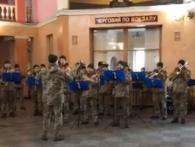 День добровольця: на вокзалі у Рівному грає військовий оркестр (відео)