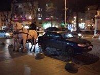 У Львові на Lanos наїхала карета з кіньми (відео)