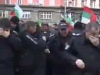 Болгарські силовики самі себе залили сльозогінним газом (відео)