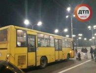 У Києві водій автобуса збив трьох жінок на переході: усі потерпілі у важкому стані (відео)