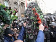 У Києві протестувальники обклали силовиків перед АП поховальними вінками (фото)