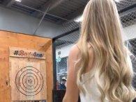 У дівчину зрикошетила сокира, яку вона метнула на змаганні (відео)