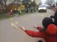 На Прикарпатті люди квітами встелили дорогу «бусику» з тілом загиблого воїна (відео)
