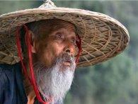«Кунг-фу дід»: літній китаєць провчив кульбакою грабіжників (відео)
