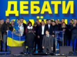 Порошенко і Зеленський стали перед людьми на коліна (фото)