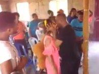 У Зімбабве пастор «висмоктав демона» із прихожанки затяжними поцілунками (відео)