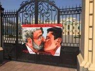 «Смертельний поцілунок»: Олексій Гончаренко влаштував перформанс біля ВР проти Зеленського (фото)