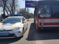 В Миколаїві з тролейбуса на проїжджу частину випала жінка з немовлям