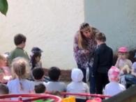 Вихователька примусила 5-річну дитину ставати на коліна та цілувати землю (відео)