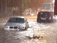 Машини мов кораблі: аномальна злива затопила Вінницю (відео)