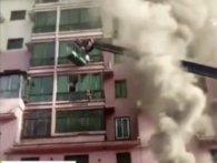 У Китаї на порятунок жильцям палаючої висотки прийшов оператор крана (відео)