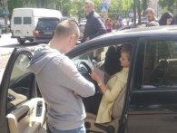 Підозрюють у корупції: у Рівному обшукали автомобіль чиновниці (фото)