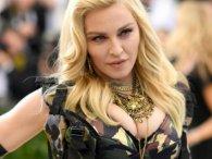 В аеропорту прилюдно роздягнули Мадонну, яка вбралася у паранджу (фото)